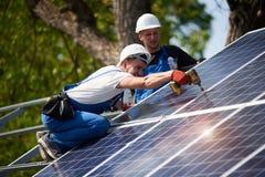 A instalação de sistema exterior autônoma do painel solar, conceito verde renovável da geração da energia imagens de stock