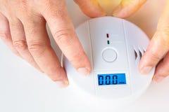 A instalação de um fumo e de um alarme de incêndio com sens do monóxido de carbono imagens de stock