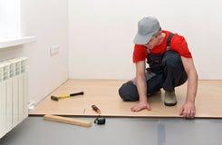 A instalação de uma estratificação na sala Imagens de Stock