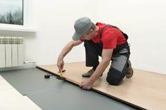 A instalação de uma estratificação na sala Fotografia de Stock Royalty Free