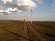 A instalação de uma linha elétrica Fotografia de Stock