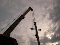 A instalação de uma linha elétrica Foto de Stock