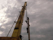 A instalação de uma linha elétrica Foto de Stock Royalty Free