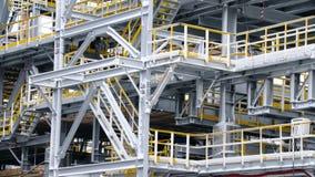 A instalação do andaime em um tanque com estruturas do processo de instalações petroquímicas da refinaria no fundo grande imagem de stock royalty free