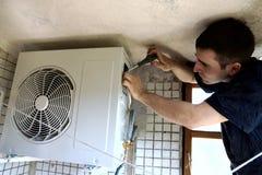 A instalação do condicionador Foto de Stock Royalty Free