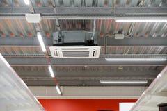 A instalação do condicionamento de ar no teto fotografia de stock