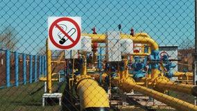A instalação do gás Extração, purificação e armazenamento do gás natural e do óleo Transporte do gás natural completamente filme