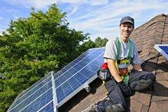 A instalação do painel solar imagens de stock