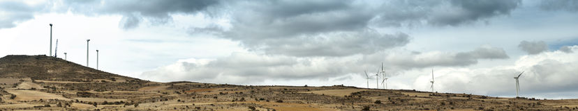 A instalação do panorama das turbinas eólicas Fotos de Stock
