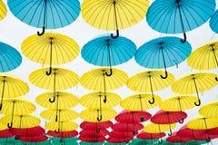 A instalação do projeto do céu do guarda-chuva Flutuador dos guarda-chuvas no céu no dia ensolarado Projeto exterior e decoração  foto de stock