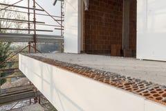 A instalação do revestimento exterior que isola em uma casa residencial Imagens de Stock