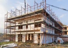A instalação do revestimento exterior que isola em uma casa residencial Fotos de Stock Royalty Free