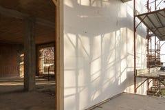 A instalação do revestimento exterior que isola em uma casa residencial Imagem de Stock Royalty Free