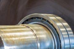 A instalação do rolamento ao eixo para a movimentação e a rotação fotografia de stock royalty free