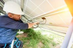 Instalação do sistema voltaico do painel da foto solar fotografia de stock