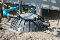 A instalação do tanque ou da fossa séptica do tratamento Waste no canteiro de obras Imagens de Stock Royalty Free