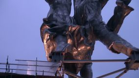 A instalação do trabalhador da escultura e da mulher da exploração agrícola coletiva com um guindaste video estoque