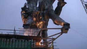 A instalação do trabalhador da escultura e da mulher da exploração agrícola coletiva com um guindaste filme