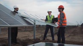 A instalação dos painéis fotovoltaicos em uma exploração agrícola solar Fotos de Stock