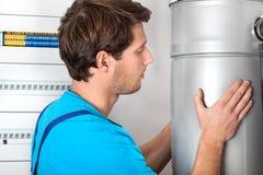 A instalação e trabalhador manual da caldeira Foto de Stock Royalty Free