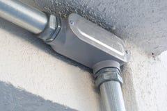 A instalação elétrica dos fios no soquete bonde e nas tubulações fotos de stock