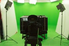 Instalação moderna do estúdio da tevê do fundo verde da chave do croma da tela Foto de Stock