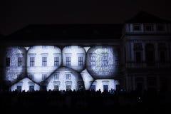 A instalação Mutis de Videomappaing por Tigrelab projetou-se na casa de Tyrs da construção histórica - fest da luz de sinal, Prag Imagens de Stock Royalty Free
