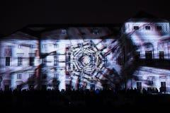 A instalação Mutis de Videomappaing por Tigrelab projetou-se na casa de Tyrs da construção histórica - fest da luz de sinal, Prag Imagem de Stock Royalty Free