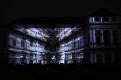 A instalação Mutis de Videomappaing por Tigrelab projetou-se na casa de Tyrs da construção histórica - fest da luz de sinal, Prag Fotos de Stock