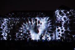 A instalação Mutis de Videomappaing por Tigrelab projetou-se na casa de Tyrs da construção histórica - fest da luz de sinal, Prag Imagem de Stock