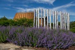 A instalação na beira roxa da flor com primeiro complexo do museu-hotel de Huron-Wendat das nações imagem de stock
