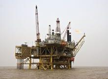 A instalação a pouca distância do mar da produção de petróleo Fotos de Stock Royalty Free