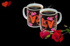 Instalação romântica com cozinhar canecas de café preto e rosas vermelhas brilhantes Imagem de Stock Royalty Free