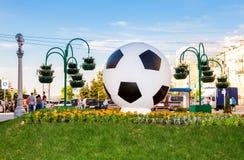 A instalação sob a forma de uma bola de futebol Imagem de Stock Royalty Free