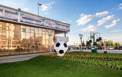 A instalação sob a forma de uma bola de futebol Fotos de Stock