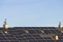 A instalação solar para gerar a eletricidade verde no telhado de uma casa residencial foto de stock royalty free