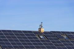 A instalação solar para gerar a eletricidade verde no telhado de uma casa residencial fotografia de stock royalty free