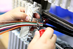 A instalação um cabo de uma comunicação Fotografia de Stock Royalty Free