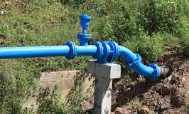 Instala tubos el abastecimiento de agua imagen de archivo