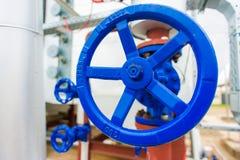 Instala tubos las válvulas en la central eléctrica de la cogeneración Imágenes de archivo libres de regalías
