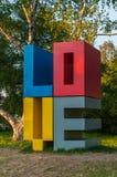Instalación al aire libre creativa del amor de la palabra puesta en parque de la ciudad Fotos de archivo libres de regalías