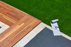 Instalación artificial de la hierba en jardín de la cubierta con las herramientas imagen de archivo
