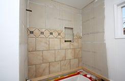 Instalación de azulejos en baño imagenes de archivo