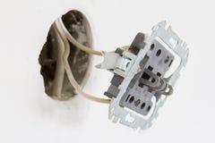 Instalación de contactos eléctricos en la pared blanca Imagen de archivo libre de regalías
