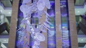 Instalación de cristal creativa de Navidad que adorna el centro de negocios, arte contemporáneo metrajes