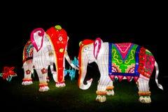 Instalación de dos elefantes pintados coloridos Imagen de archivo libre de regalías