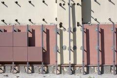 Instalación de fachadas ventiladas con las tejas imagenes de archivo