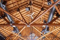 Instalación de iluminación del conducto del techo de la casa de la madera Fotografía de archivo libre de regalías