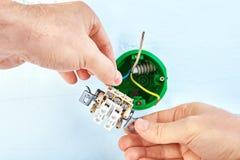 Instalación de la caja eléctrica del zócalo dentro de la pared de la mampostería seca fotos de archivo