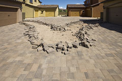 Instalación de la calzada de las pavimentadoras del ladrillo Fotografía de archivo libre de regalías